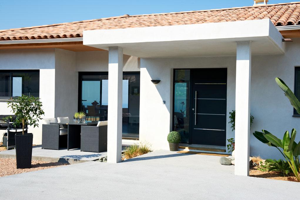 Exkluzív bejárati ajtó fedett szárny kialakítással luxuslakásnál kívülről