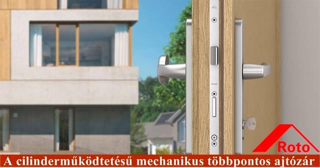 """Tandeo DoorSafe - automata zárrendszerrű nyitott ajtó luxuslakásra nézve, Roto logó a jobb alsó sarokban. A kép alján ez a felirat: """"A cilinderműködtetésű mechanikus többpontos ajtózár"""""""