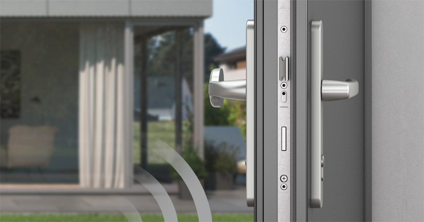 Ezüst ajtó nyitva egy luxuslakásra nézve