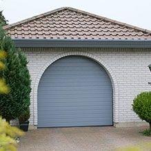 Szürke S–bordatávolság mintás Alutech CLASSIC garázskapu szép garázs oldalában