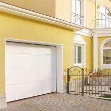 Fehér Mikrobordás Alutech CLASSIC garázskapu luxus ház oldalában