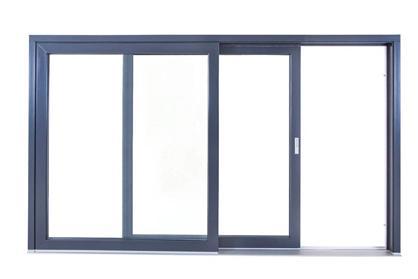 Szürke alumínium emelő-toló ajtó félig kinyitva fehér háttérrel