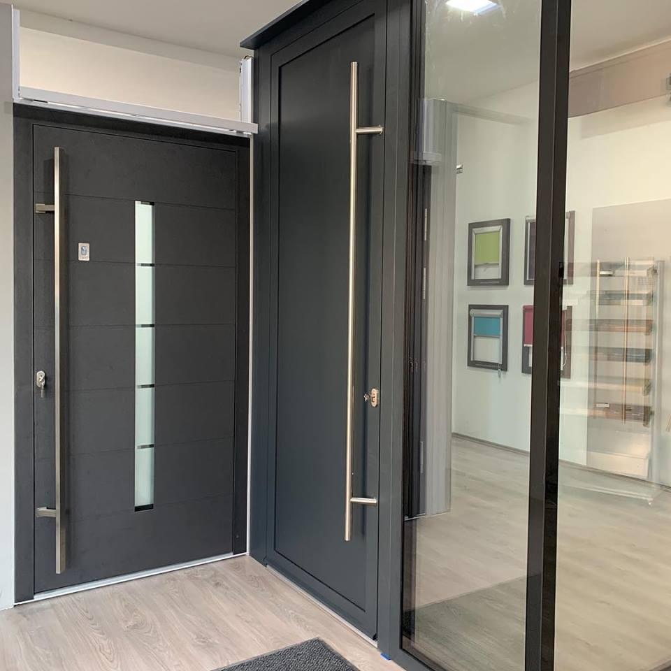 Grafitszürke alumínium bejárati ajtó lakás belsejéből nézve