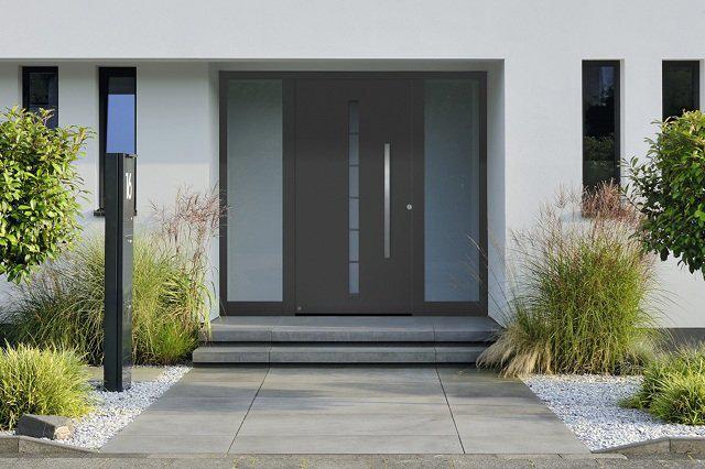 Grafitszürke alumínium bejárati ajtó utcáról nézve